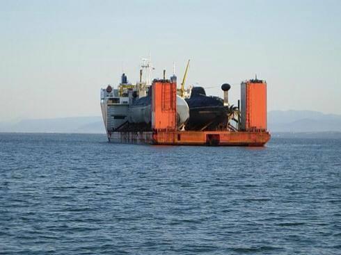 kapal angkut kapal selam (2)