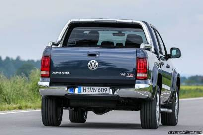 2017-volkswagen-amarok-v6-rear
