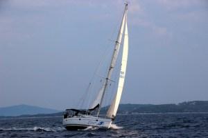 Segelboot hart am Wind.
