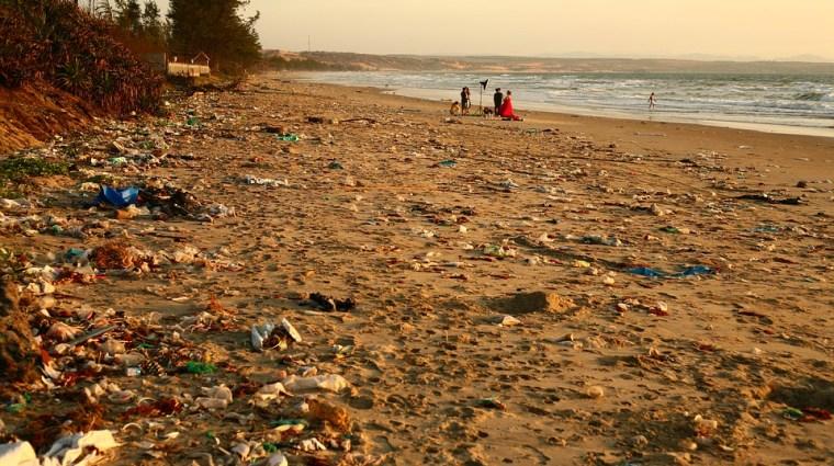 Playa contaminada por residuos plásticos