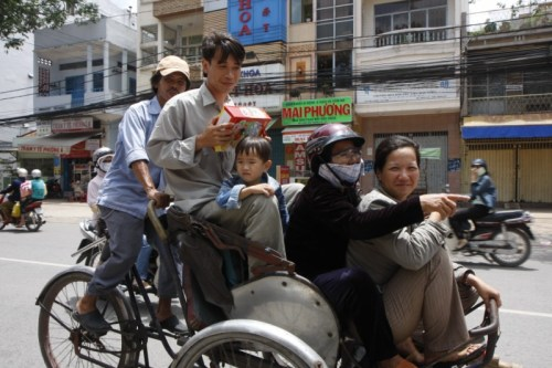 A family of 4 squeezed on to a cyclo