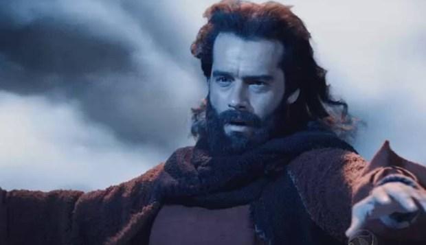 """Moisés (Guilherme Winter) abre o Mar Vermelho e liberta o povo hebreu em """"Os Dez Mandamentos"""" (Foto: Reprodução/Record)"""