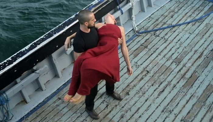 Cesar (Rafael Cardoso) sequestra Alice (Giovanna Antonelli) e a leva para alto-mar (Foto: Divulgação/Globo)
