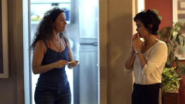 Selma (Carol Fazu) e Maura (Nanda Costa) em cena de Segundo Sol (Foto: Globo/Divulgação)