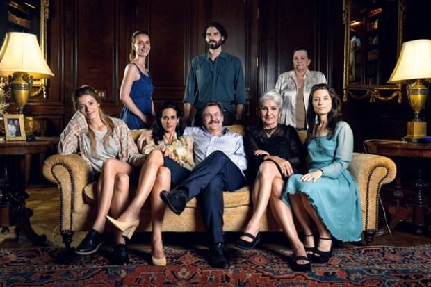 Roger (Antonio Calloni) e sua família (Foto: Globo/Ramón Vasconcelos)
