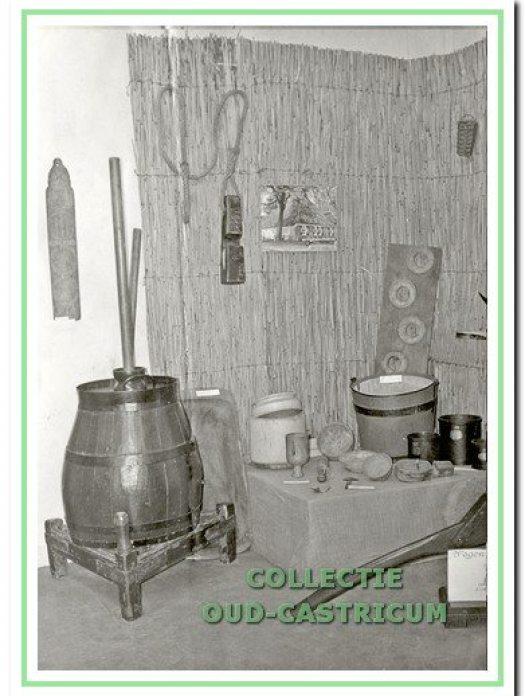 Karnton van Veldt, kaasmakersbenodigdheden en juk. Hoekje van de expositieruimte van Werkgroep Oud-Castricum in De Duynkant, Geversweg 1b in Castricum, 1973.