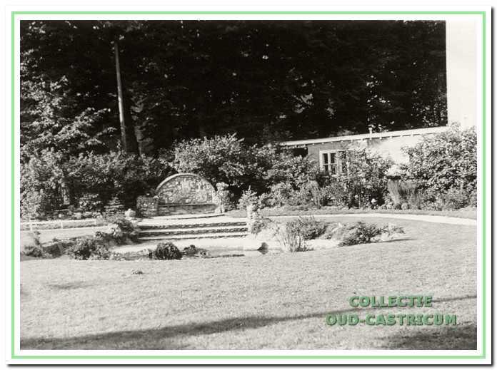 Naast het raadhuis is in 1937 de Juliana-Bernhardbank geplaatst. Hier een beeld uit 1955 met de bank omgeven door een vriendelijk parkje met een vijver.