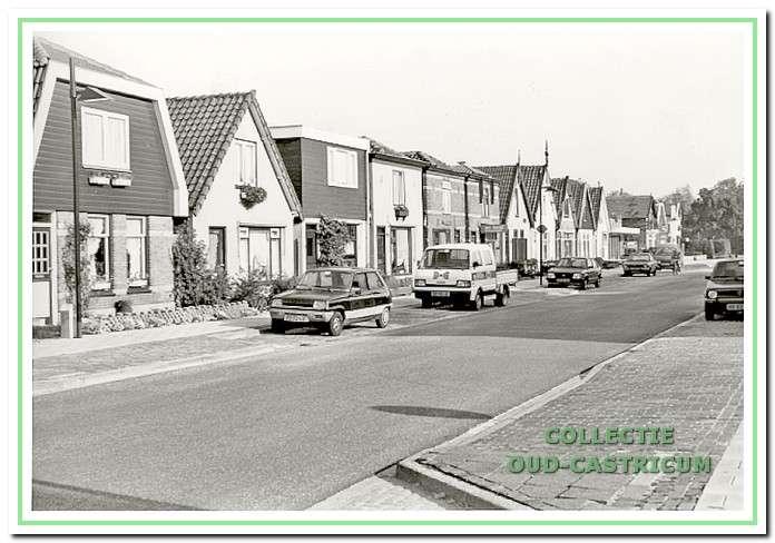 Foto uit 1987 van de nog bestaande rij lage huisjes, Dorpsstraat 116-136.