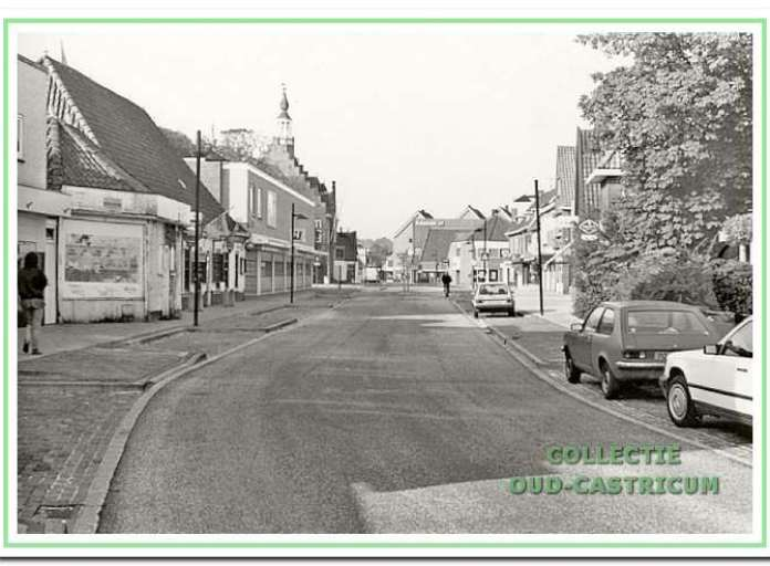 Doorkijk Dorpsstraat in 1988, met links op de voorgrond de vervallen, toen leegstaande voormalige doorrijstal, Dorpsstraat 77, nu 'het Malhuis'; vervolgens café-restaurant 'De Speckkoper', Dorpsstraat 75 (nu café Centraal); daarachter het in 1967 vernieuwde pand van de firma Huitenga, Dorpsstraat 69, 71 en 73.