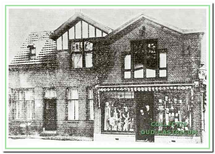 Deze foto uit ca. 1938 geeft nog een goede indruk van het straatbeeld, ontstaan omstreeks 1906 na de nieuwbouw op de plaats van het oude postkantoor. Rechts het pand Dorpsstraat 87 met de manufacturenwinkel van het echtpaar Res - Nederpelt, waarschijnlijk ook de personen in de deuropening. links het nieuw gebouwde postkantoor, dat toen overigens niet meer als zodanig in gebruik was.