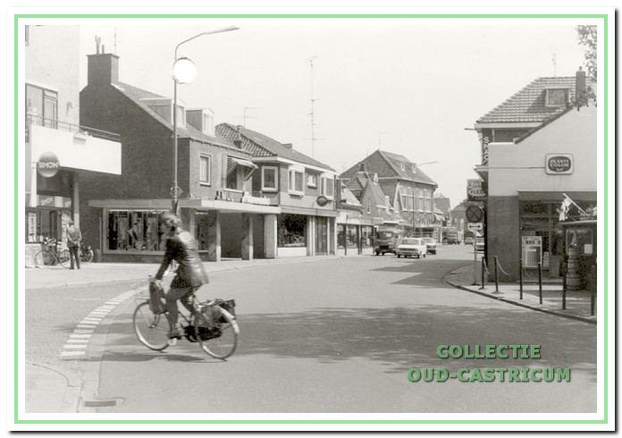 Doorkijk Dorpsstraat met links een glimp van de supermarkt, die in 1974 werd geopend op de plaats van het 'dubbelpand' Dorpsstraat 44/46 en vervolgens op nummer 48 modehuis Mul.