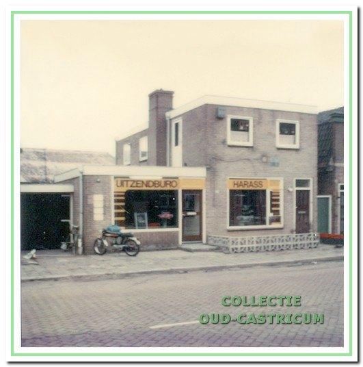 Dorpsstraat 114 omstreeks 1977 toen daar uitzendbureau Harass was gevestigd.
