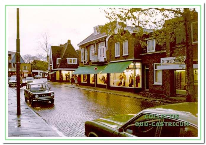 De herenmodezaak Stevens circa 1974. Inmiddels is de oorspronkelijke zaak op Dorpsstraat 90 uitgebreid met het pand Dorpsstraat 92, waardoor na een verbouwing een zeer ruime winkel is ontstaan, zoals geïllustreerd door de rij verlichte etalages. Rechts een gedeelte van Dorpsstraat 94, onderdeel van de nieuwbouw in 1973, waar toen de Tapijtcentrale was gevestigd.