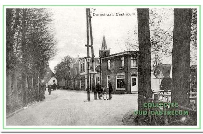 Foto uit 1924, genomen vanuit de Burg. Mooijstraat, die een indruk geeft van de toenmalige bebouwing van het tegenover gelegen gedeelte van de Dorpsstraat. Op de hoek Dorpsstraat - Overtoom 'De Gezonde Apotheek' van Beintema, vervolgens het pand van Schram, 'De Nieuwe Winkel' van Stolk en de panden Dorpsstraat 41 en 43.