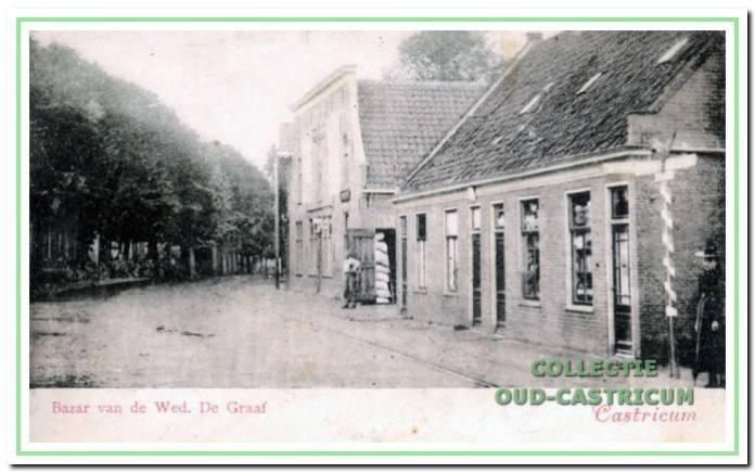 'Het Huis met de Kogel' in 1901, toen nog in bezit van Helena Mak. Op de voorgrond de 'bazar' van de weduwe De Graaf - Louter en ernaast twee woninkjes. Hier sluit het pand Dorpsstraat 63 op aan, waarin toen was gevestigd het kruideniersbedrijf van De Haas.