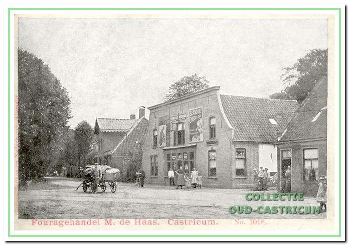 De fouragehandel van M. de Haas in de Dorpsstraat ca. honderd jaar geleden. Hier hadden toen baldadige jongens een of ander voorwerp op de tramrails gelegd. Nu (in 2002) is hier de firma Schotten, woning inrichting, gevestigd.