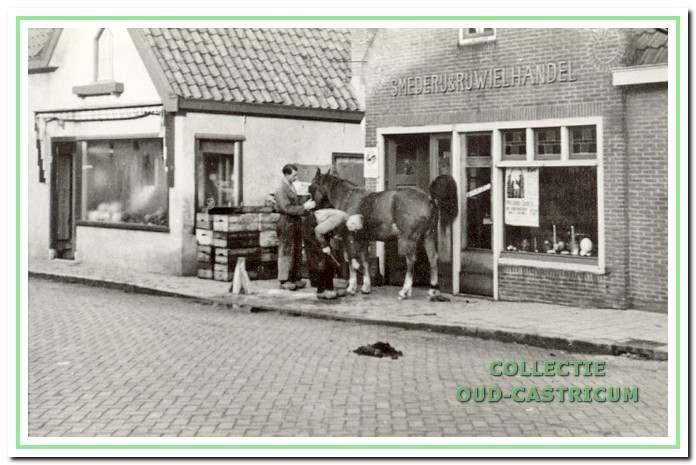 Dorpsstraat 54/56 in 1959 met de smederij van Cor Peperkamp.