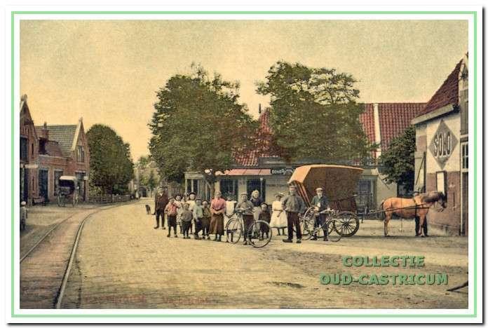 Doorkijk Rijksstraatweg (nu Dorpsstraat) ter hoogte van nummer 62, met rechts de oudste herberg van Castricum De Rustende Jager.