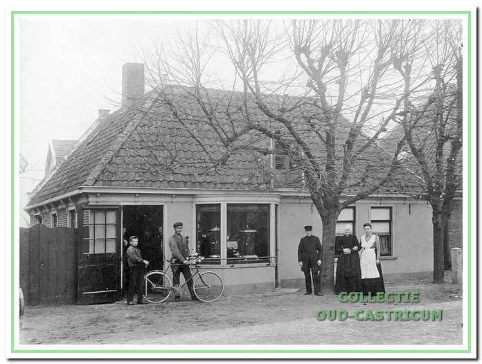 In het begin van deze eeuw: met de fiets Cor Peperkamp, rechts Klaas Smit, Maartje Brakenhoff en dochter Agatha Smit.