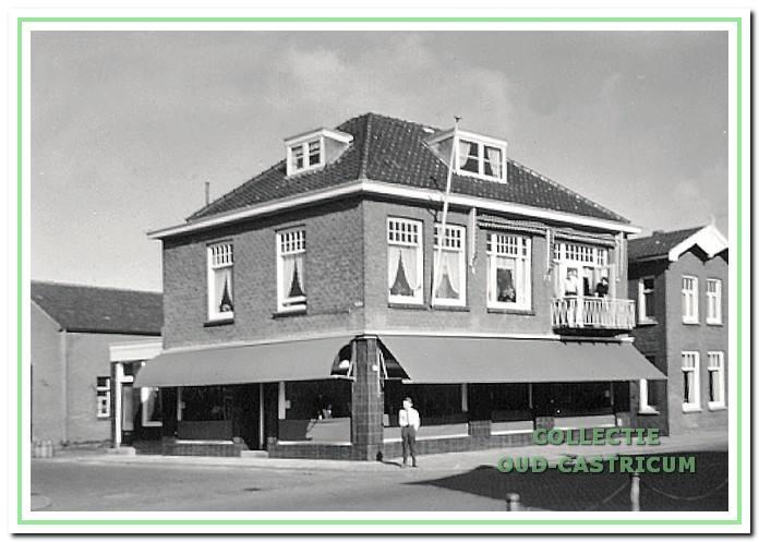 1965: De herenmodezaak Stevens, afgebroken rond 1979. Rechts woonhuis nummer 92. Voorheen was hier in 1919 een Hanzebank gevestigd, dat was een katholieke bank van het bisdom Haarlem. Naderhand in 1927 vestigde zich kleermaker Jaap Twisk hier.