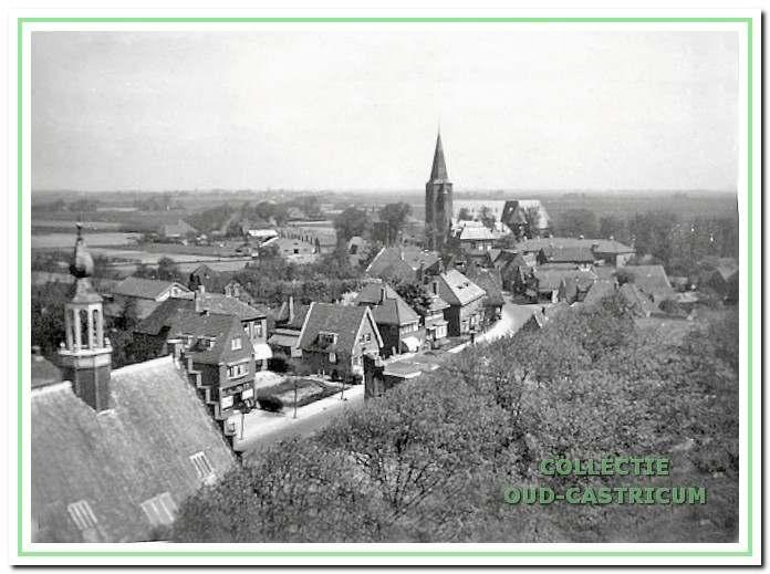 Een gedeelte van de Dorpsstraat gezien vanaf de toren van de Hervormde Kerk, ca. 1933. We zien van links naar rechts een aantal panden die ter sprake komen in dit artikel: Dorpsstraat 74 (winkel Louman); Dorpsstraat 76 ( het naar achter gelegen Hermana State); Dorpsstraat 78 (winkel Bos); Dorpsstraat 80 (winkel Uljee); Dorpsstraat 82 (woonhuis).