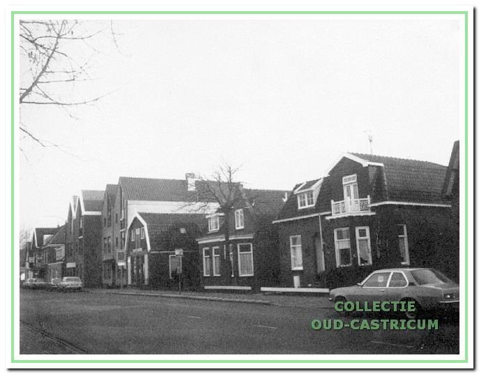 Foto van ca. 1980 met zicht op een aantal panden in de Dorpsstraat. Van rechts naar links de 'oude' panden nrs. 19, 21, 23 en de nieuwbouwpanden 25 en 27.