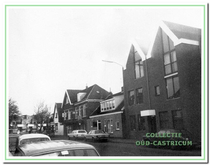Foto uit 1993 van het pand Dorpsstraat 29, dat in 1996 werd gesloopt voor nieuwbouw van het type als rechts op de foto.