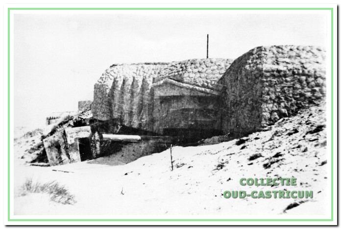 Een geschutsbunker (kanonkazemat) type 671 met een 10,5 cm kanon, die op vele plaatsen langs de kust is gebouwd; in Castricum stonden er verscheidene.