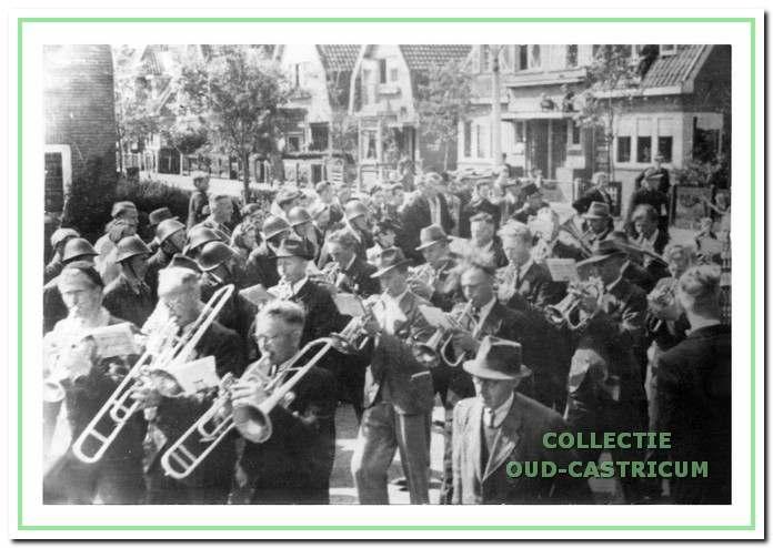 Direct na de bevrijding haalden de leden van D.I.U. en Aloysius hun instrumenten te voorschijn en maakten gezamenlijk een feestelijke rondgang door het dorp.