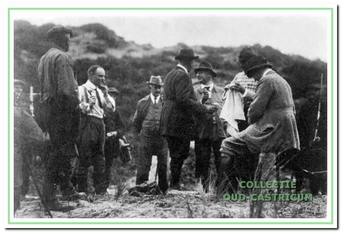 De hoge heren rusten met een drankje. De drijvers kijken van enige afstand eerbiedig toe, ca. 1916.