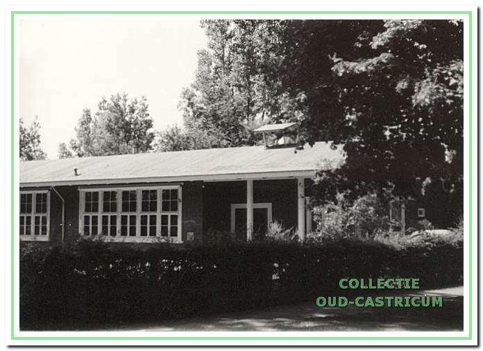 Gedeelte van Cuneraschool met klok. Vondelstraat 25 in Bakkum.