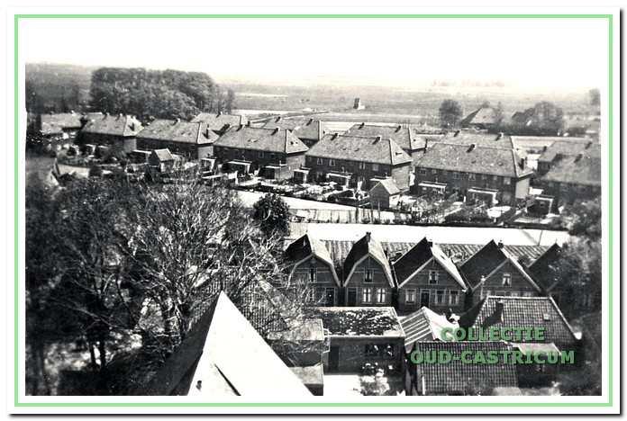 Hierop is de plaats van het pompgebouwtje beter te onderscheiden; het staat nog middenin de weilanden; onder de Nuhout van der Veenstraat, rechtsmidden de boerderij van C. Poel.