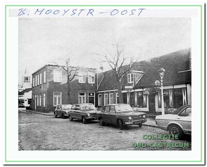Aan het begin van de Burg. Mooijstraat is in 1921-1922 een aanbouw gekomen aan het café van Toon van Benthem. Daarnaast staat een woongedeelte en café De Stiefel.