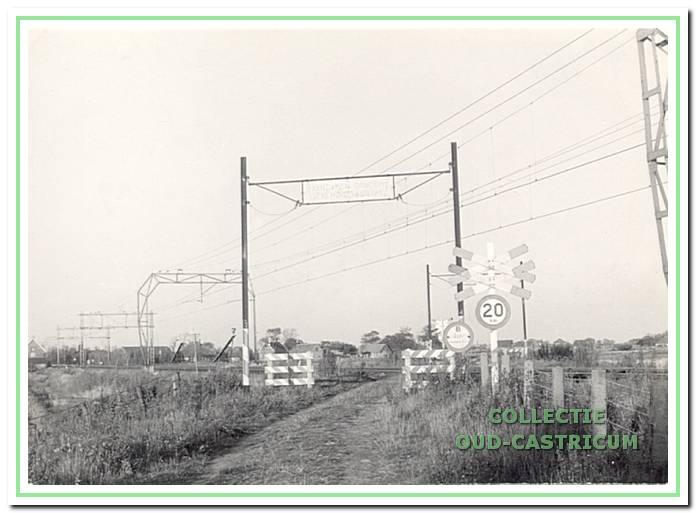 Hier een deel van de Tweede Groenelaan vanaf de Bakkummerstraat even voor de spoorlijn. Op de achtergrond enkele huizen aan de Brakersweg.