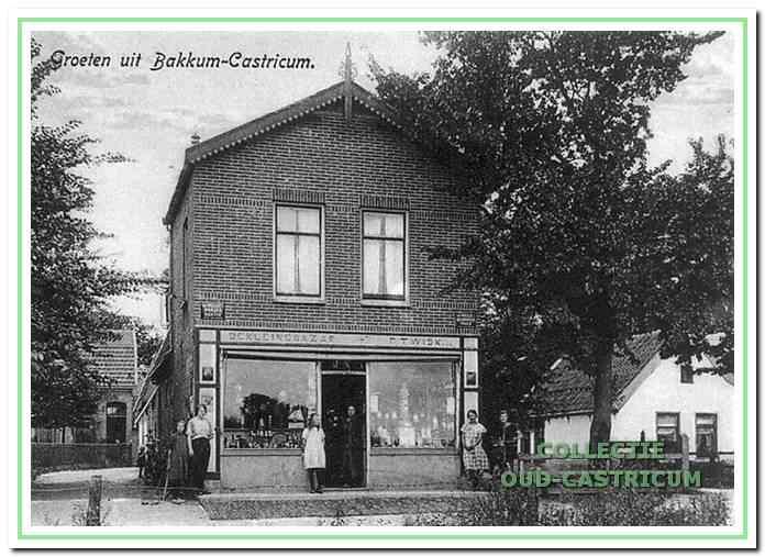 De winkel van Daatje van de Poll met speelgoed, keukengerei en aanverwante artikelen (nr 12) In vroeger tijd was dit de kruidenierswinkel 'De kleine Bazar' van Floor Twisk, zoals nog in de winkelpui is aangegeven (in 1997 pizzeria Maratea). Op de foto rechts nog juist zichtbaar de fietsenzaak van Jan Rozemeijer.