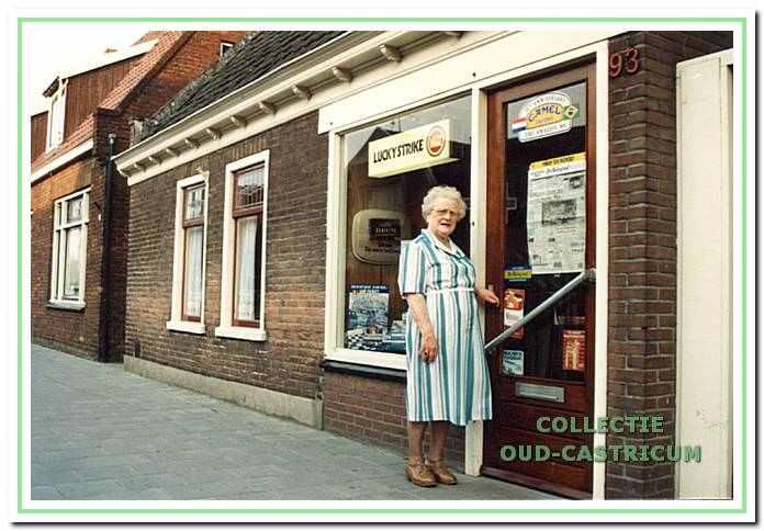 Guurlje Stuifbergen voor haar winkeltje, Dorpsstraat 93, ca. 1980.