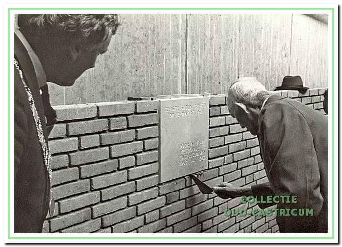 De laatste officiële daad van Klaas Veldt. Onder het toeziend oog van burgemeester Gmelich Meijling metselt hij op 12 maart 1982 de eerste steen van het nieuwe raadhuis.