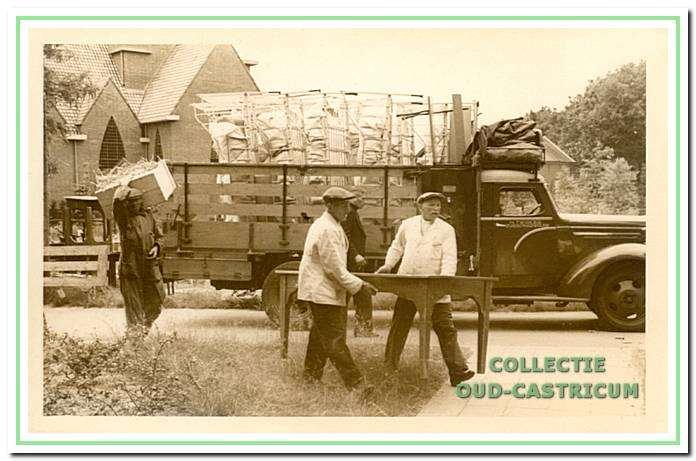 Evacuatie Duin en Bosch, uitladen van goederen in Rosmalen.
