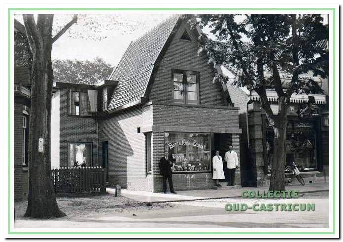 Bertus Stuifbergen en echtgenote in de deuropening van hun kruidenierswinkel, Dorpsstraat 34.
