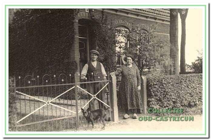 Kees Zonneveld en Jansje van Weenen voor hun huis aan de Kooiweg 5.