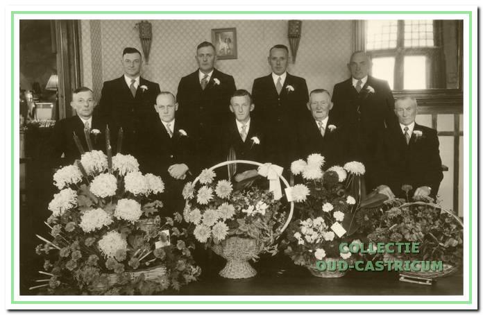 Een foto ter gelegenheid van de opening in 1956 van een nieuw kantoor van de Boerenleenbank, Dorpsstraat 60, met de toenmalige bestuursleden.