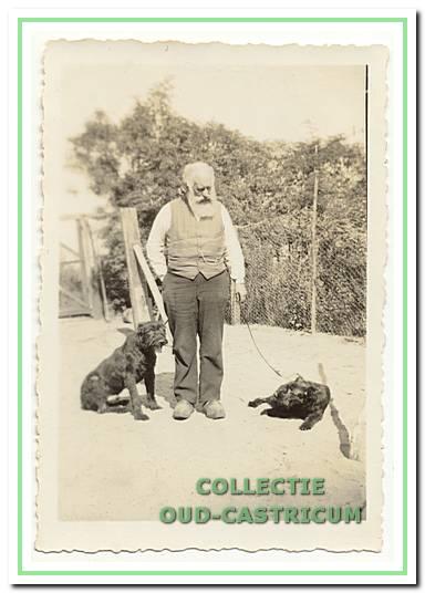 Hier zien we veldwachter Pieter Koelewijn met zijn twee honden. Pieter werd in augustus 1901 aangesteld als veldwachter. In 1908 werd hij in Bakkum geplaatst. Bij zijn 25-jarig jubileum kreeg hij van de bevolking een gouden horloge met inscriptie.