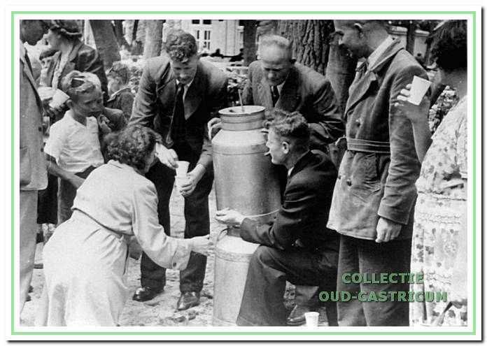 Op het schoolreisje werden melkbussen met chocolademelk meegenomen, die door melkfabriek Hollandia was bereid. Als de melk op was, werden de bussen grondig schoongeboend en gevuld met limonade, die ter plekke werd aangemaakt. Op de foto links meester Bodewes. Ongeveer 1950.