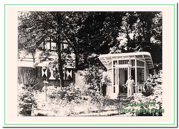 Antje Rommel - Vis in 1936 in haar weelderige tuin voor het prieel met op de achtergrond een gedeelte van de villa Sonnevanck.