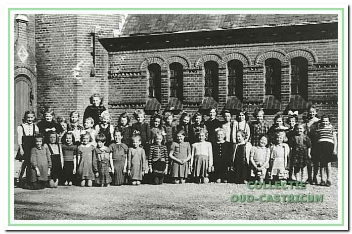 Groep kleuters van de fröbelschool van de zusters aan de Alkmaarderstraatweg in 1942.