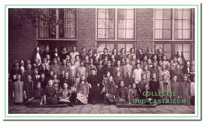 Klassenfoto op binnenplaats van meisjesschool St.-Augustinus.
