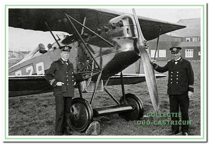 """Albert Rommel als marine-officier met zijn vriend Leendert """"Boon"""" Sillevis, met wie hij menig vliegtochtje maakte. Sillevis werd later piloot bij de KLM onder andere voor de lijn naar het toenmalige Nederlands-Indië."""