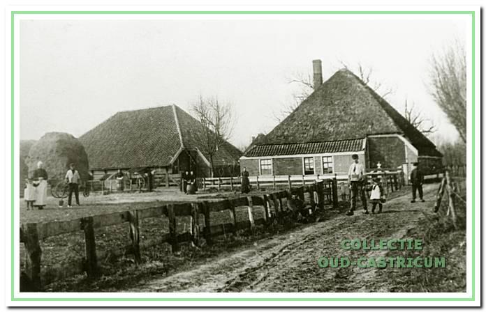 De oorspronkelijke boerderij van de familie Duijn aan de Bleumerweg omstreeks 1914. De schuur ging door brand verloren, de boerderij is afgebroken en vervangen door de huidige.