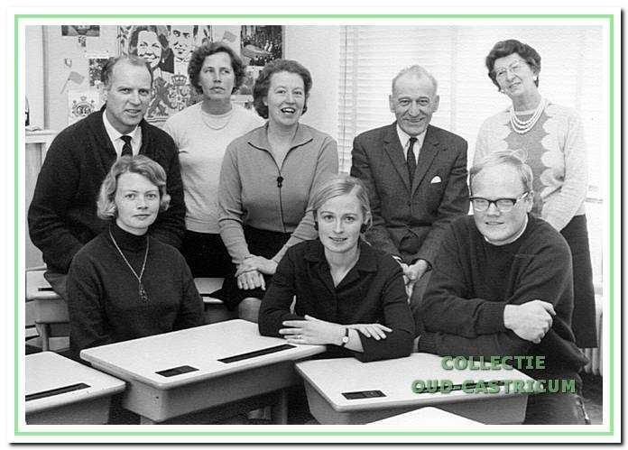 Het onderwijzersteam van meester Toornstra van de Centrale openbare lagere school aan de Juliana van Stolberglaan in 1966.