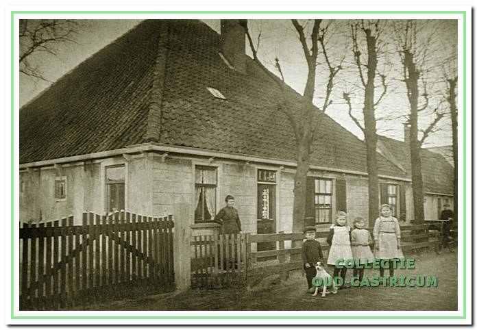 De boerderij van Jaap Schotvanger in 1918, toen bewoond door de familie Brandjes. V.l.n.r. Johanna Brandjes - Schotvanger en de kinderen Klaas, Dora, Klazien en Greta.